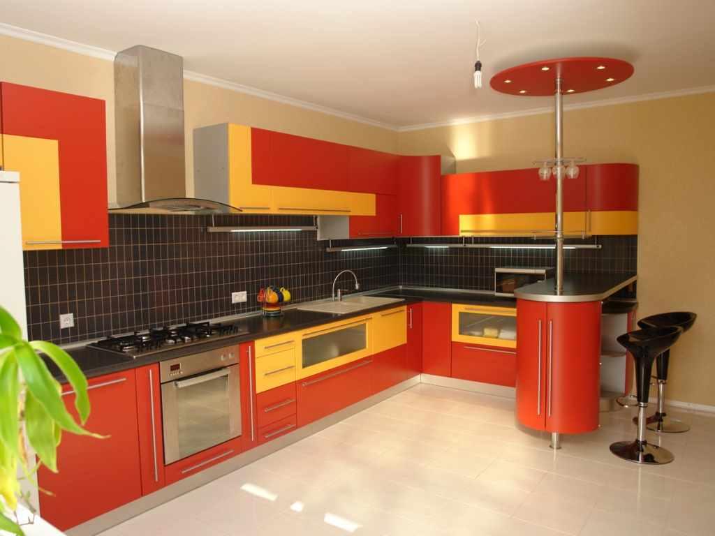 versiunea interiorului luminos al bucătăriei roșii