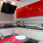 versiunea decorului neobișnuit a fotografiei de bucătărie roșie