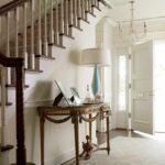 idée de conception lumineuse d'un couloir dans une maison privée photo