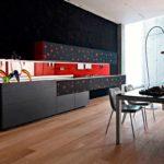 idee de o poză roșie în bucătărie în stil luminos
