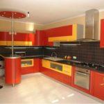 versiune a interiorului neobișnuit al fotografiei de bucătărie roșie