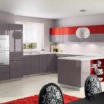 exemplu de decor ușor de o fotografie de bucătărie roșie