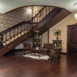 Un exemple d'un design lumineux d'un couloir dans une maison privée photo