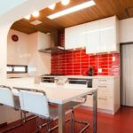 idee de design neobișnuit al unei imagini de bucătărie roșie