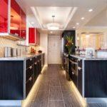 versiune a interiorului frumos al imaginii de bucătărie roșie