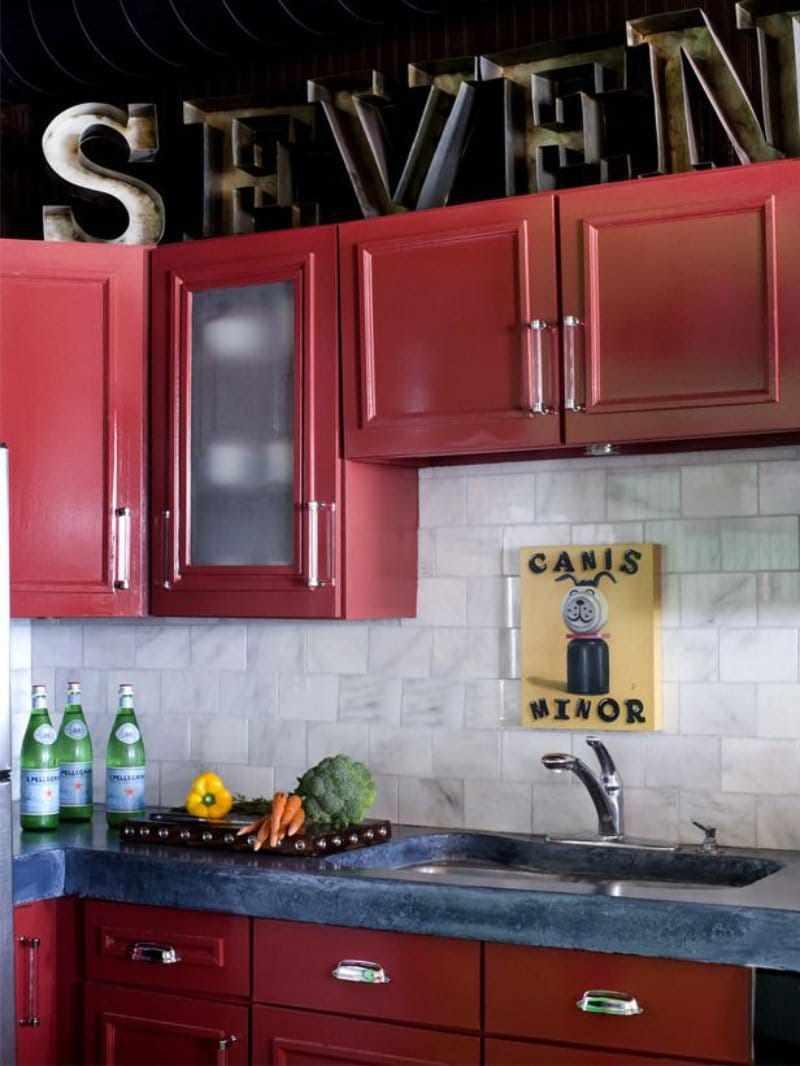 un exemplu de stil frumos al bucătăriei roșii