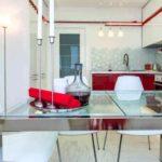 un exemplu de decor luminos al unei imagini de bucătărie roșie