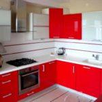 Un exemplu de stil luminos de fotografie de bucătărie roșie