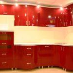 un exemplu de interior frumos al unei imagini de bucătărie roșie