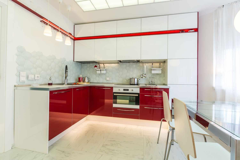 un exemplu de decor frumos al bucătăriei roșii