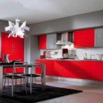 exemplu de interior neobișnuit al unei fotografii de bucătărie roșie