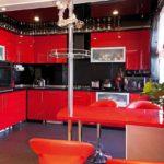 versiunea decorului neobișnuit a imaginii de bucătărie roșie