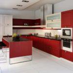 exemplu de interior luminos al unei fotografii de bucătărie roșie