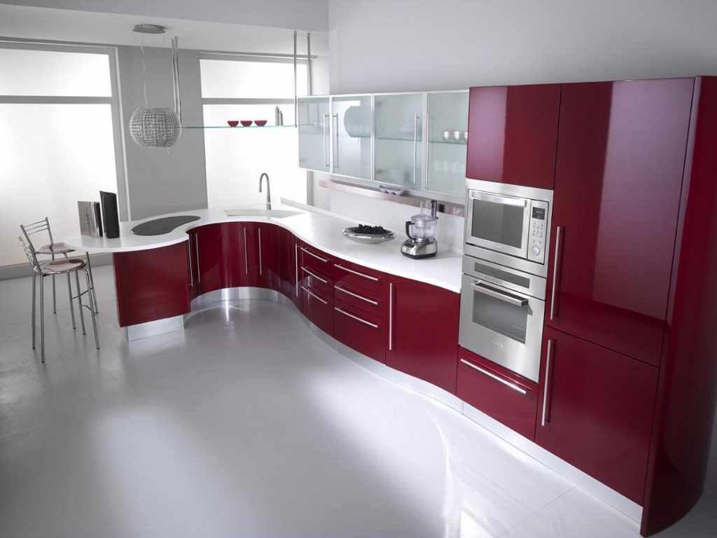 Un exemplu de interior luminos al unei bucătării roșii