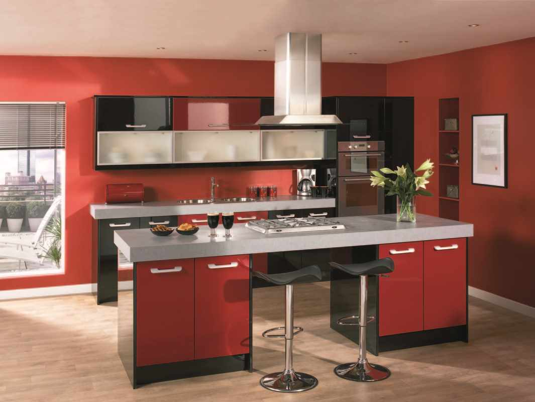 opțiunea unui stil luminos de bucătărie roșie
