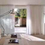 một ví dụ về việc sử dụng trang trí ánh sáng của phòng khách theo phong cách hình ảnh tối giản