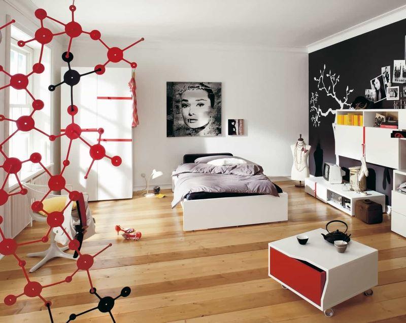 Mur noir dans la conception d'une chambre spacieuse pour une fille
