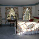 Textile coloré dans la conception de la chambre d'une maison de campagne