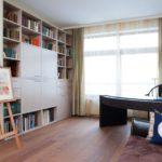 Chevalet et étagères à livres dans la chambre d'une fille créative