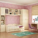 Papier peint rose dans la chambre d'une fille élégante
