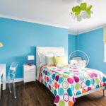 Conception d'une chambre aux murs bleus