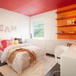 Plafond rouge dans une chambre aux murs blancs