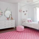 Tapis rose dans une pièce aux murs blancs