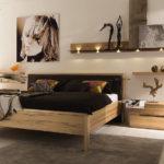 Grand lit dans une chambre de style moderne