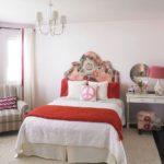 Couvre-lit rouge sur un lit blanc