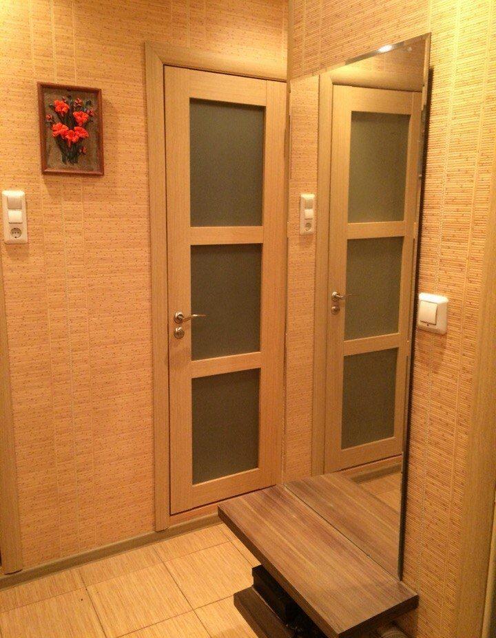 Les murs du couloir de Khrouchtchev avec du papier peint en bambou