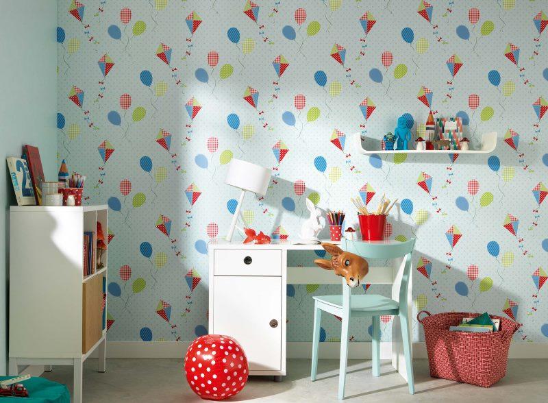 Papier peint en papier sur le mur d'une chambre d'enfant
