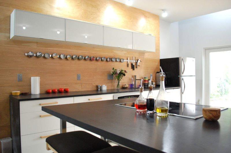 Decorarea pereților în bucătărie cu lemn natural