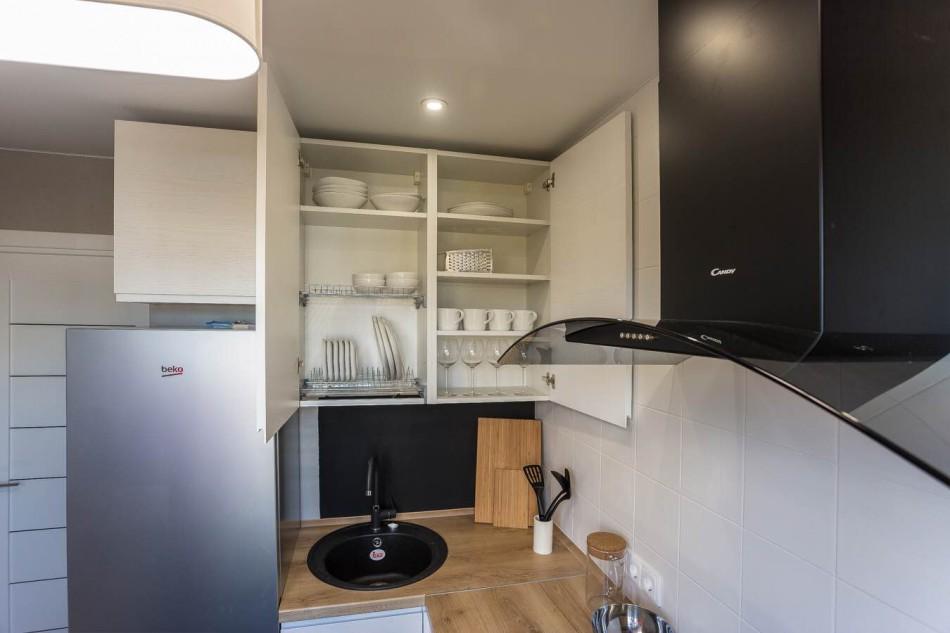 Ustensile de bucătărie minimaliste într-un dulap de bucătărie deschis
