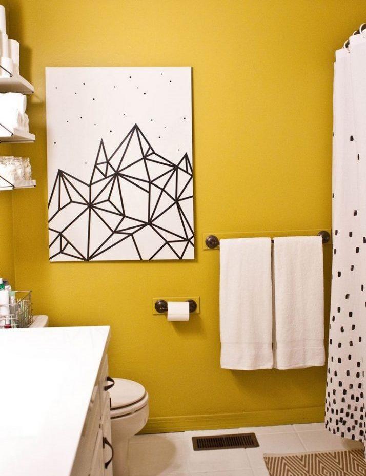 Peinture abstraite à faire soi-même sur un mur de salle de bain