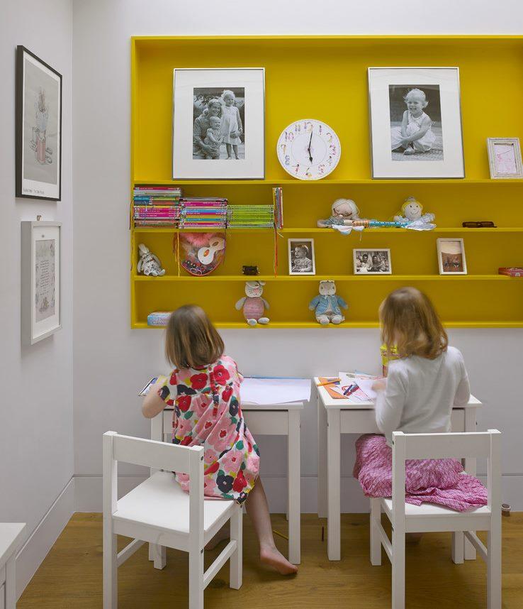 Étagères jaunes dans la zone de travail des enfants