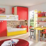 La combinaison du jaune et du rouge dans la chambre de la fille