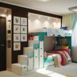 Échelle avec caisses au deuxième niveau du lit