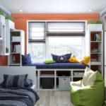 Un canapé au lieu d'un rebord de fenêtre dans une petite chambre