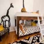 Dessin d'une girafe sur le mur d'une chambre d'enfant