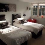 Couvre-lits blancs sur des lits sombres