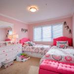 Meubles roses dans la chambre des adolescentes