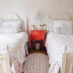 Table de chevet rouge dans un style vintage