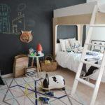 Mur avec ardoise pour le développement de la créativité chez les enfants