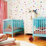 Des lits bleus pour les bébés du même âge