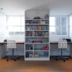 Bibliothèque entre les bureaux