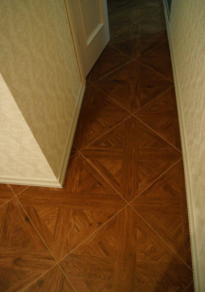 Linoléum avec un motif diagonal sur le plancher du couloir