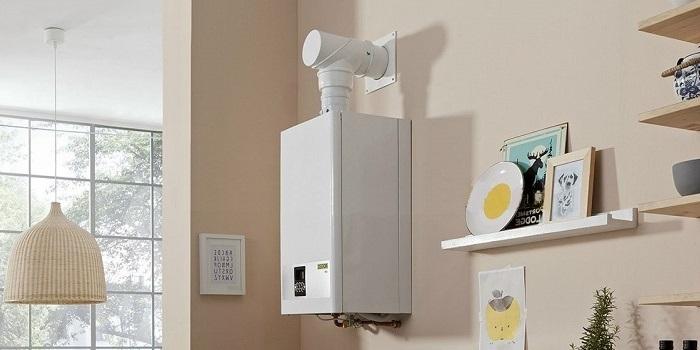 Deschideți rafturi pe un perete de bucătărie cu un gheizer