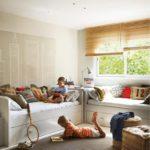 Deux garçons dans leur chambre