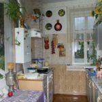 Fotografia unei bucătării într-o casă cu panouri