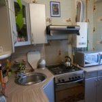 Chiuveta din colț într-o bucătărie mică